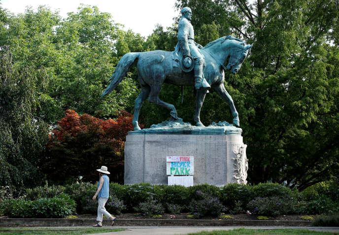 La statue du chef militaire de la Confédération sécessionniste sudiste, Robert E. Lee, àCharlottesville en Virginie.