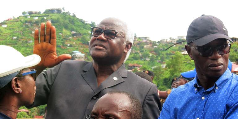 Le président sierra-léonais, Ernest Bai Koroma, visite un quartier de Freetown touché par la coulée de boue, le 15août 2017.