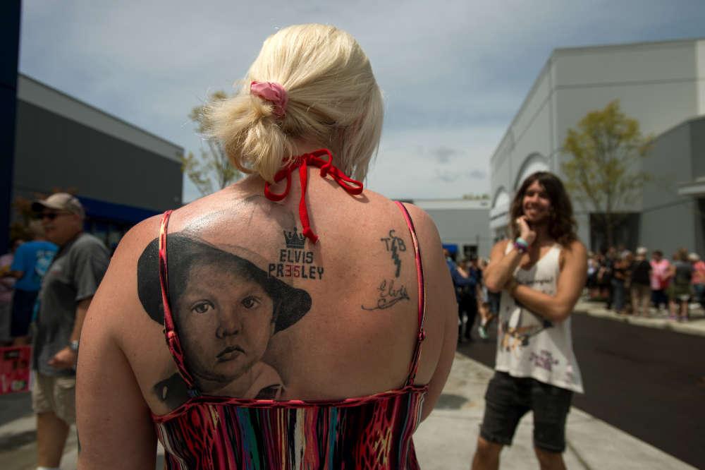 Sonya Man, à gauche, porte un tatouage d'un Elvis Presley enfant. Elle vient de Londres et s'est mariéela veille, à Graceland.