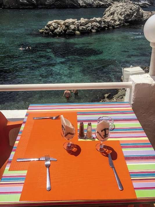 Une table avec vue sur la calanque.