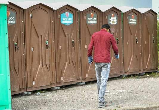 Dix toilettes mobiles et cinq robinets ont été installés route de Saint-Omer, à côté des locaux du Secours catholique.