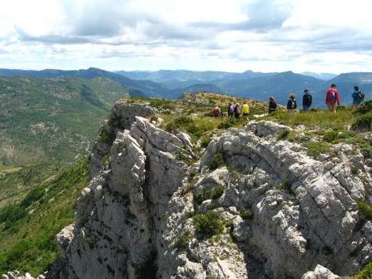 Des marcheurs jeûneurs dans les paysages minéraux de la Drôme provençale.