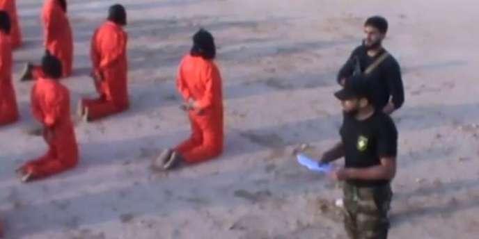 Mahmoud Al-Werfalli, coiffé d'une casquette noire, tel qu'il apparaît dans une vidéo du 17juillet 2017 lors de l'exécution de 18prisonniers près de Benghazi.