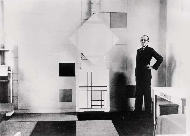 Piet Mondrian dans son atelier, à Paris, en 1933.