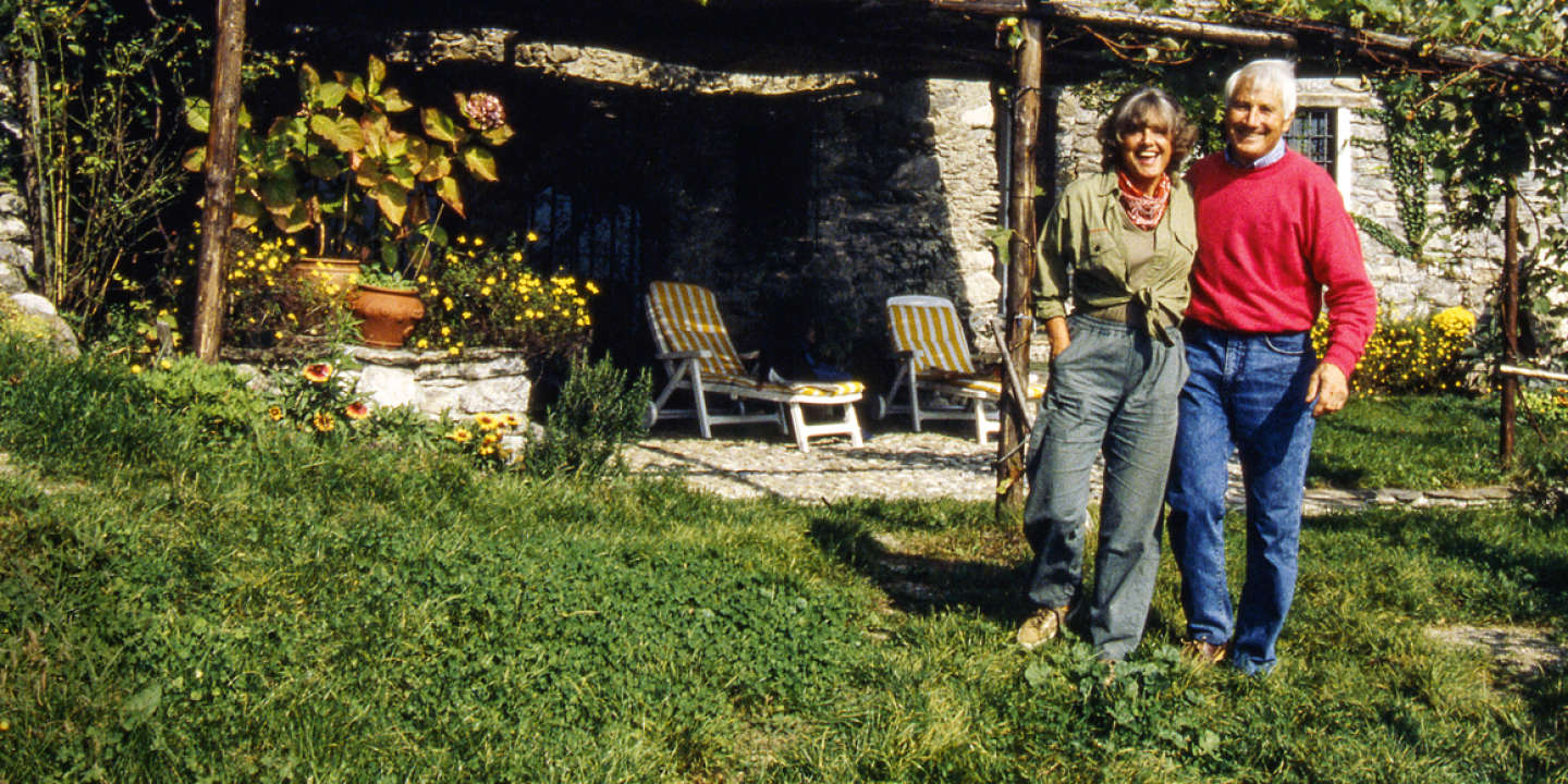 The Italian mountain climber and explorer Walter Bonatti is smiling next to his partner Rossana Podestà in the garden of their farmhouse in the Valtelline valley. Dubino (SO), Italy, 2000. ©Giorgio Lotti/MP/Leemage