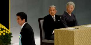 Shinzo Abe et le couple impérial lors de la commémoration de la fin de la guerre du Pacifique, à Tokyo, le 15 août.