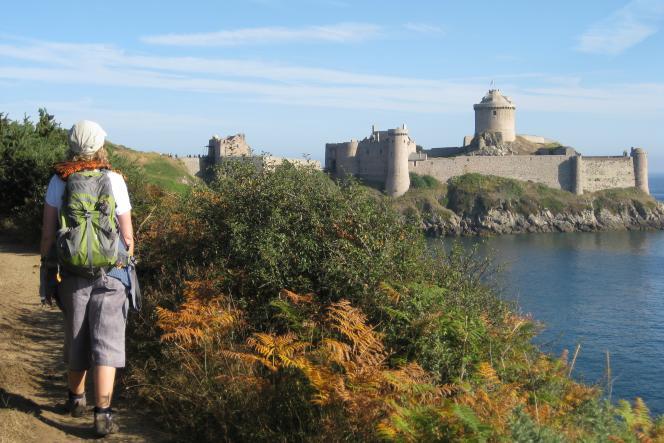 Le château de Fort la Latte, étape reine du GR34, sur la Côte d'Emeraude.