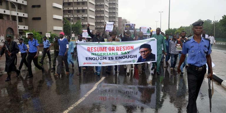 Des membres du mouvement Our Mumu Don Do («notre crédulité a des limites»)demandent au président nigérian de« reprendre [son poste] ou de démissionner», le 7août 2017, à Abuja.