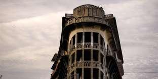 Situé en bord de rails, l'Hôtel Belvédère du Rayon Vert, imaginé par Léon Baille, était une halte huppée, avant de passer la frontière espagnole, au début des années 30. Oublié et désafecté, il accueille chaque année un festival de cinéma.