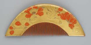 Peigne à décor de fleurs et d'oiseaux. Japon, fin de l'époque d'Edo, début du XIXe siècle, en bois, laquetira maki-eettala maki-ed'or, laque rouge (shuurushi).