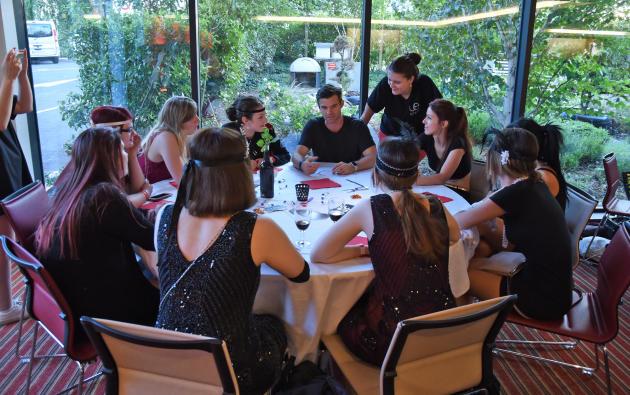 Des fans ont pu discuter avec l'acteur David Gillies lors de la soirée de la convention Welcome to Mystic Falls3, qui portait sur la série «TheVampire Diaries».