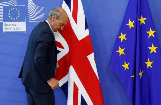 Les drapeaux britanniques et européens à la commission européenne de Bruxelles, le 19 juin.
