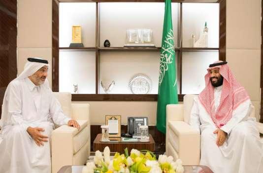 Le prince héritier d'Arabie saoudite, Mohammed Ben Salman(à droite), avec l'émissaire du Qatar,à Djeddah, le 16 août .