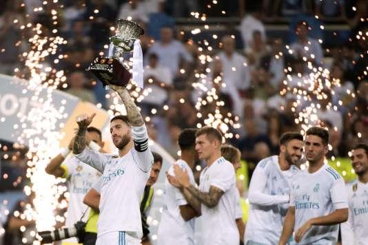 Les joueurs du Real Madrid célèbrent leur victoire face au Barça, et leur 7e Supercoupe d'Espagne de l'ère Zinedine Zidane.