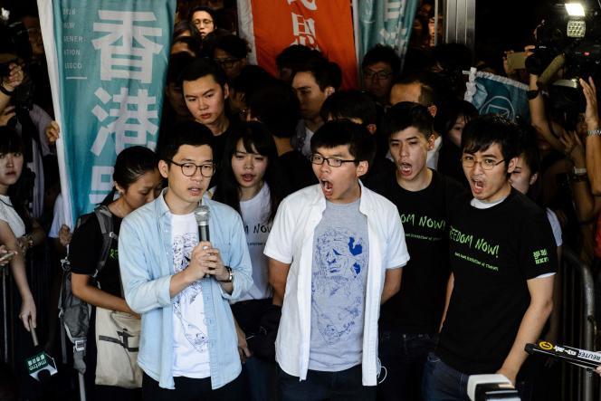 Nathan Law (à gauche), Joshua Wong (au centre) et Alex Chow (à droite), avant que la cour ne prononce les condamnations, le 17 août.