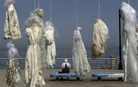 Installation de l'artiste Mireille Honein et de l'ONG Abaad pour dénoncer l'article 522 du code pénal libanais, à Beyrouth le 22 avril.
