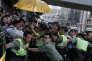 Les forces de l'ordre écartent les manifestants après la condamnation des leaders du «mouvement des parapluies», à Hongkong le 17 août.
