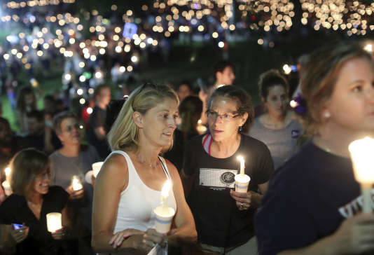 Rassemblement à la bougie devant l'université de Virginie à Charlottesville contre la haine et la violence le 16 août.