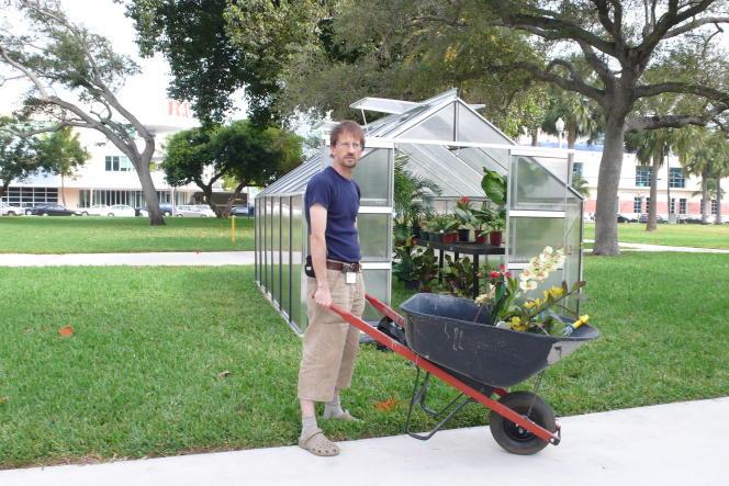 Alberto Baraya devant son installation « Greenhouse », en 2007, pour l'exposition Art Basel à Miami Beach.