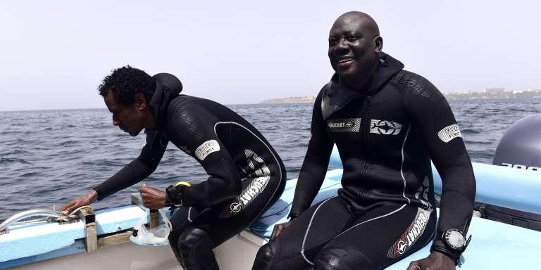 L'archéologue Ibrahima Thiaw et son équipe, à la recherche d'épaves de navires négriers ayant disparu au large de l'île de Gorée, à quelques kilomètres du Sénégal.