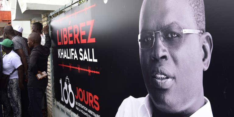 Une affiche demandant la libération du maire de Dakar, Khalifa Sall, le 31juillet 2017, au Sénégal.