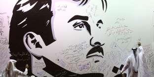 Des Qataris laissent des messages sur le portrait du cheikh Tamim ben Hamad Al-Thani, à Doha (Qatar), le 6 juillet.