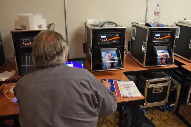 Les photographies des séances avec les acteurs sont imprimées en direct pendant la Grey'sCon, une convention sur la série «Grey's Anatomy».