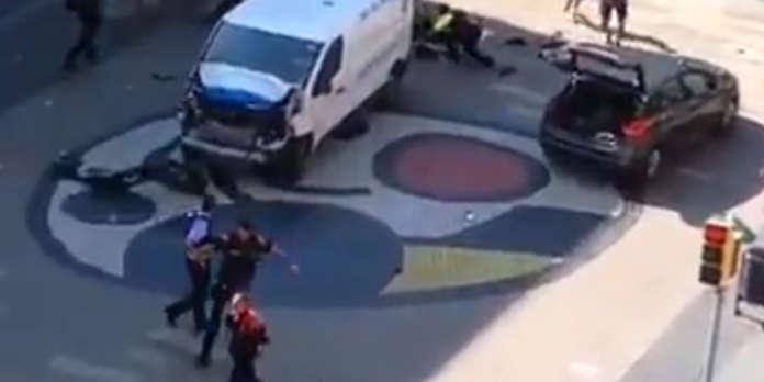 Attentat A Barcelone Une Fourgonnette Fonce Dans La Foule Pres De