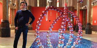 L'artiste Jean-Michel Othoniel à côté d'une de sesœuvres dans le cadre de l'exposition«Géométries amoureuses» au Carré Sainte-Anne à Montpellier, le 7 juin 2017.