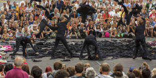 «Entr(EUX)», un spectacle de la compagnie Malaxe présenté dans les rues d'Aurillac en août 2016.