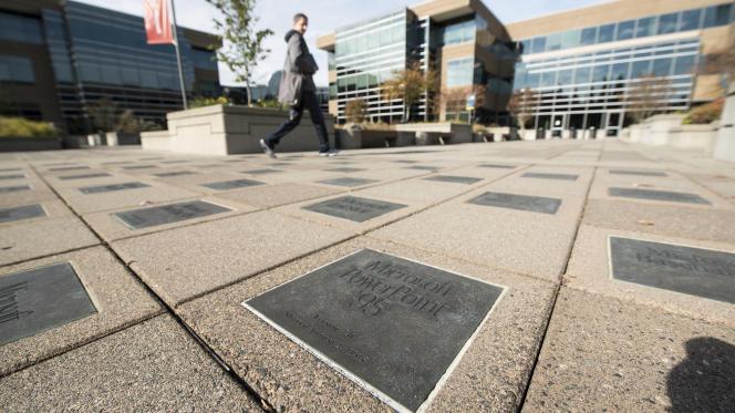 Sur le campus de Microsoft, à Redmont, dans la banlieue de Seattle. Des dalles rappellent les succès de la firme informatique.