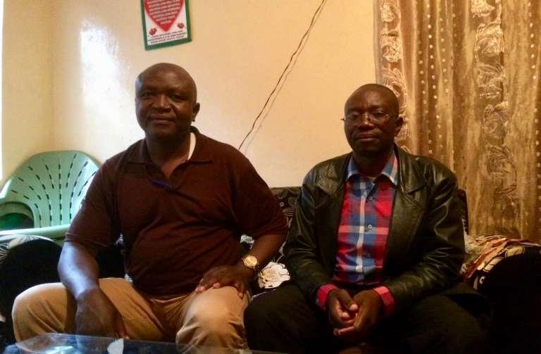 Guillaume Matabaro (à gauche) et son ancien collègue John Namegabe ont conduit les négociations avec le numéro deux mondial de la bière pour obtenir réparation après leur licenciement en pleine guerre à Bukavu.