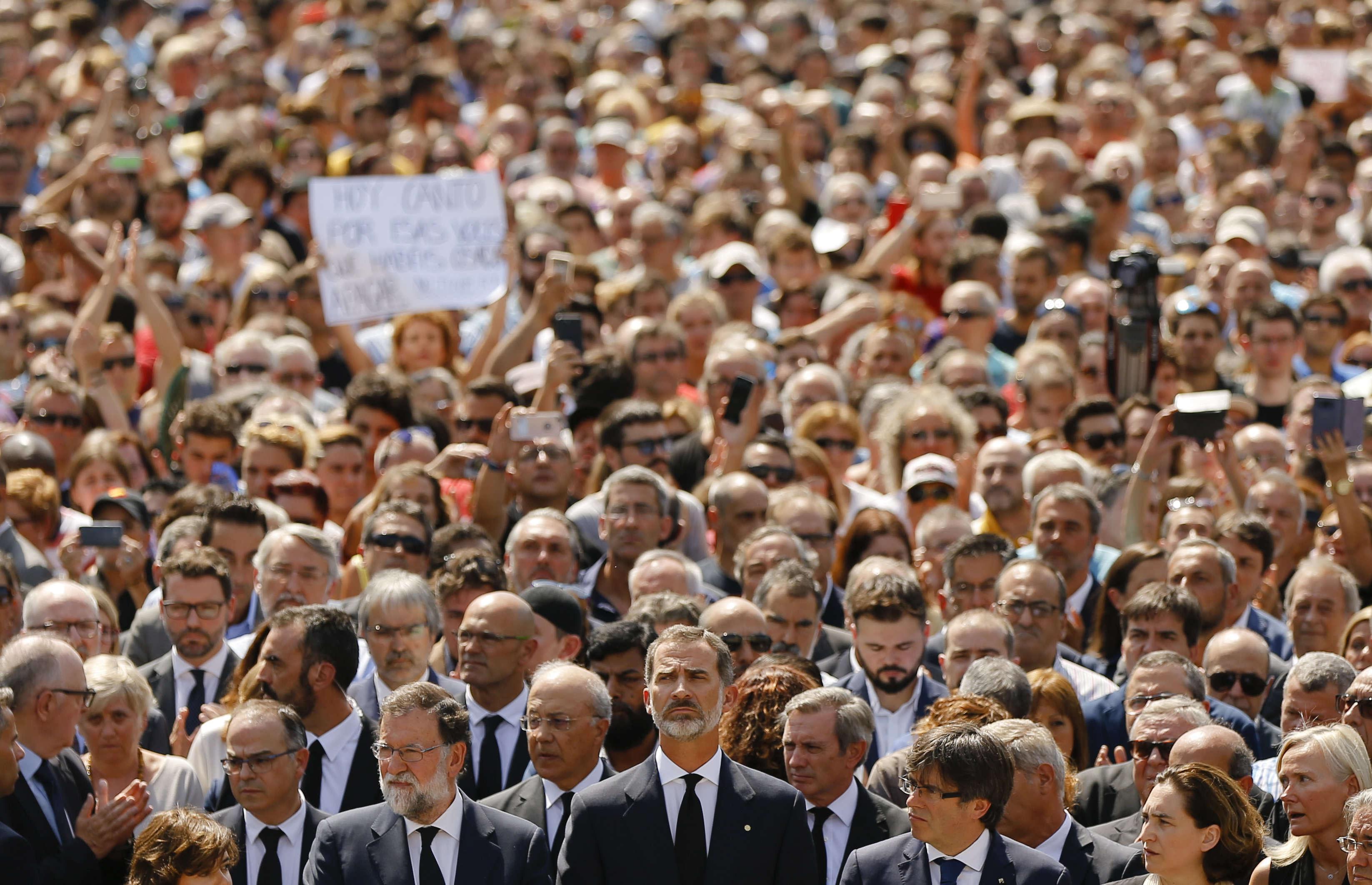 La foule pendant la minute de silence en hommage aux victimes, place de Catalogne, vendredi 18août. Le roi FelipeVI et le premier ministre Mariano Rajoy sont au premier plan.