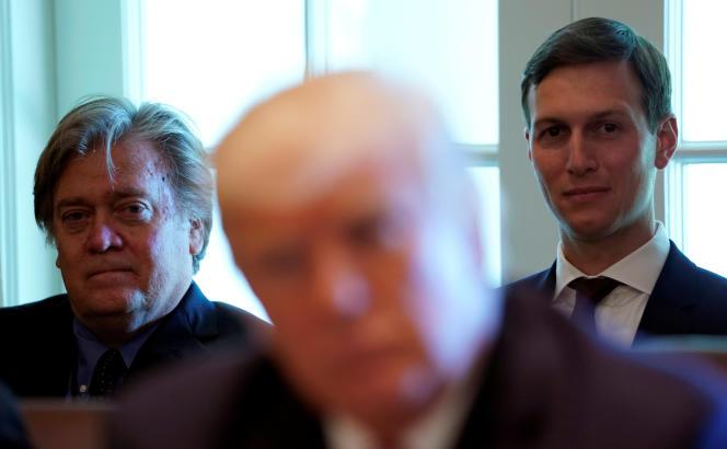 Les conseillers de Donald Trump, Stephen Bannon et Jared Kushner, derrière le président américain,à la Maison Blanche, le 12 juin.