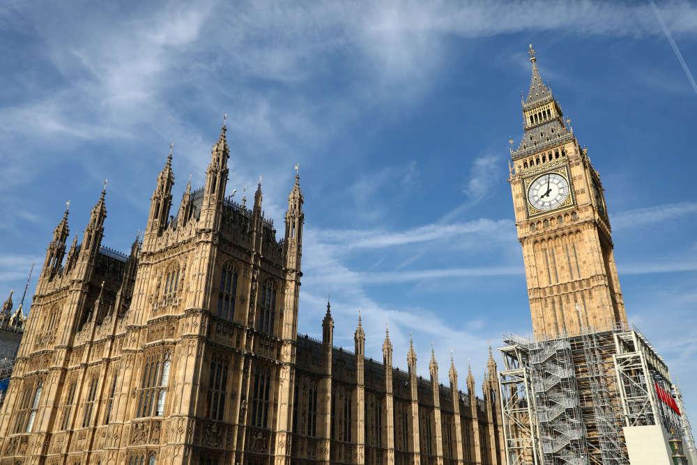 Deux théories circulent pour expliquer le nom de Big Ben : une référence à l'ingénieur Benjamin Hall, dont le nom est inscrit sur la cloche, ou hommage à Ben Caunt, boxeur poids lourd des années 1850.