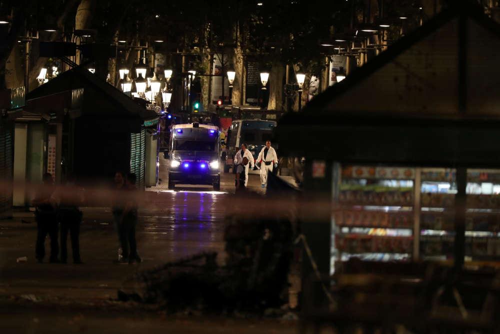 Les enquêteurs inspectent les lieux après l'attaque à la fourgonnette survenue sur les Ramblas, à Barcelone, le 17 août.