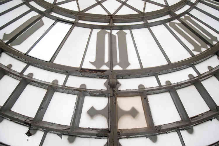 La peinture craquelée d'un des quatre cadrans de Big Ben au sommet d'Elizabeth Tower.