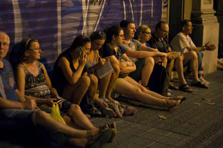 Les restaurants et les centres commerciaux des abords des Ramblas ont été fermés, et la circulation de certains bus et métros a été interrompue.