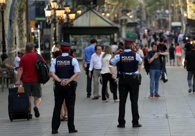 Les forces de l'ordre sont toujours déployées, vendredi 18 août, sur les Ramblas à Barcelone.