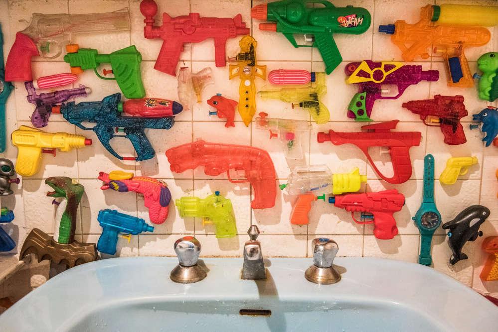 «Logique que ces pistolets à eau… soient près d'un point d'eau», remarque-t-il. On peut donc en se rendant à la salle de bains et aux toilettes admirer ces jouets de toutes tailles et couleurs. «De temps en temps, j'en décroche quelques-uns pour faire des batailles.»