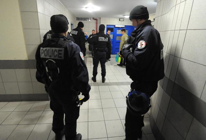 Une brigade spécialisée de terrain (BST) au cours d'une intervention à Grenoble, en janvier 2015.