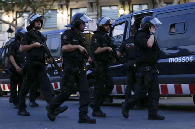 Le conducteur de la camionnette est toujours en fuite, mais deux suspects ont été interpellés, a annoncé la police catalane.