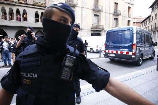 Un membre de la police catalane, à Ripoll, petite localité d'où sont originaires plusieurs suspects des attentats, le 18 août.