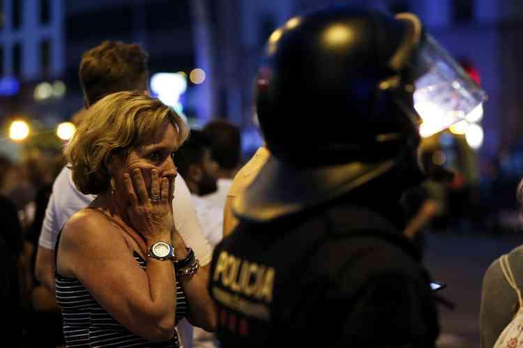 Les stations de métro Liceu, Catalunya, et Parralel ont été fermées et des policiers armés ont mis en place un cordon de sécurité.