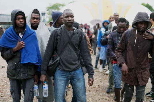 Vendredi 18 août, la police a évacué le campement de migrants à la porte de La Chapelle, à Paris. Il s'agit de la 35e expulsion depuis deux ans dans la capitale, selon la préfecture de police.