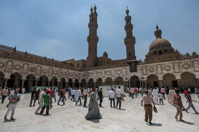 La mosquée d'Al-Azhar, au Caire, l'une des mosquées les plus anciennes du pays et une attraction pour de nombreux étudiants et chercheurs intéressés par l'islam au Caire, en Égypte, le 2 juin 2015.