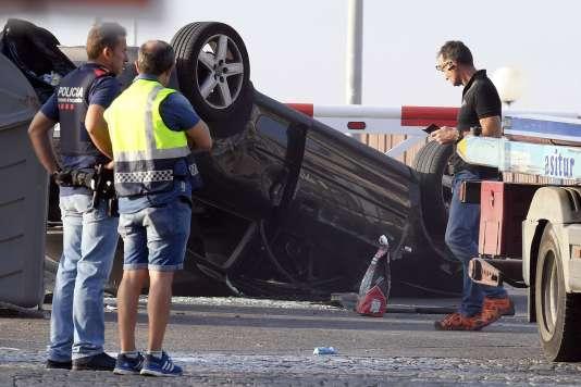 Le 18 août 2017, des policiers espagnols s'affairent autour de la voiture de cinq terroristes qui a foncé dans la foule à Cambrils, ville balnéaire à une centaine de kilomètres de Barcelone.