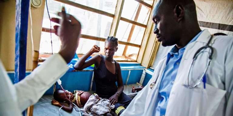 Un médecin examine un enfant souffrant de malnutrition sévère dans une clinique de Médecins sans frontières à Aweil, au Soudan du Sud, le 11octobre 2016.