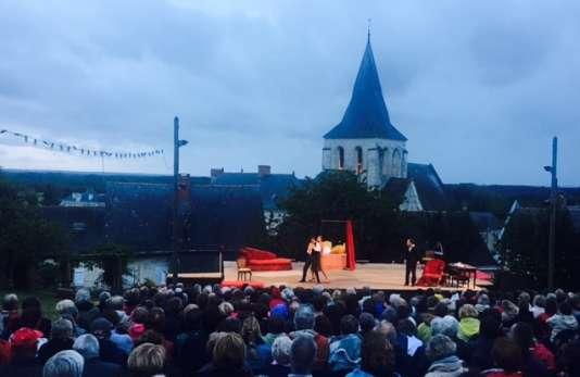 La scène du festival du Nouveau théâtre populaire, dans le jardin de la maison de la grand-mère d'un des comédiens.