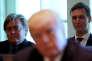 Stephen Bannon (à g.) et Jared Kushner (à dr.) entourent le président étasunien, lors d'une réunion de son cabinet, à la Maison Blanche, le 12 juin.